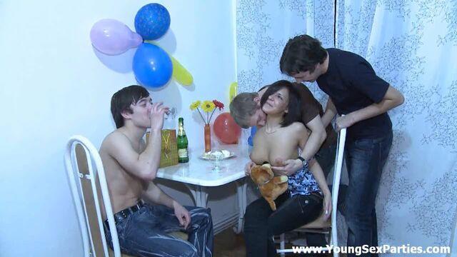 Русское групповое порно с тремя парнями и брюнеткой