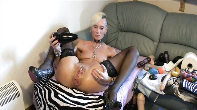 Зрелая старушка с большими толстыми секс игрушками