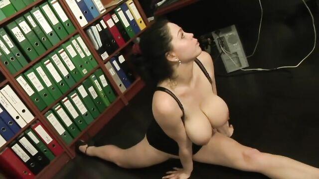 Молодая секретарша трахнула старого толстого лысого босса.