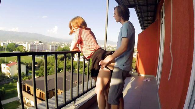 Парень трахает блондинку на балконе у всех на виду