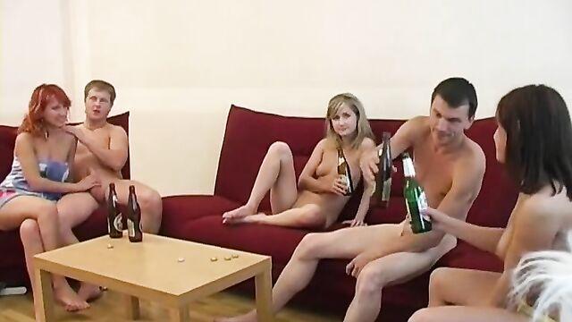 Студенческая секс вечеринка с молодыми русскими девушками