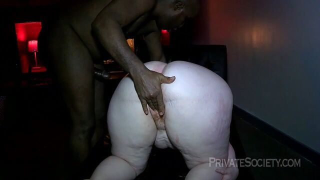 Молодая белая толстушка сосет большой член и дает в анал