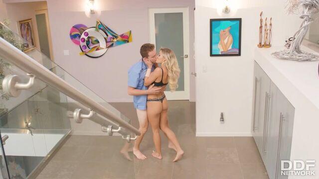 Блондинка вызывает доктора на дом на перевязку и не только...