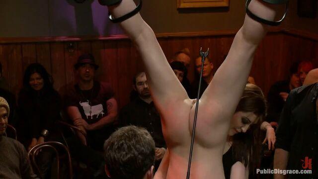 Молоденькой девушке нравится грубый публичный секс БДСМ