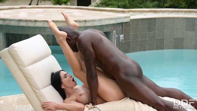 Очаровательная Sasha Rose обожает анальный секс с большим членом!