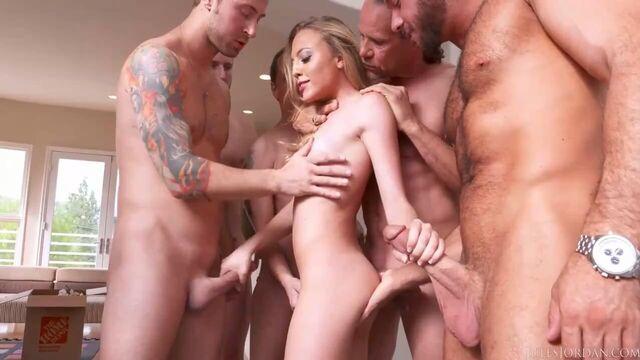Блондинка глубоко отсосала у целой толпы мужиков