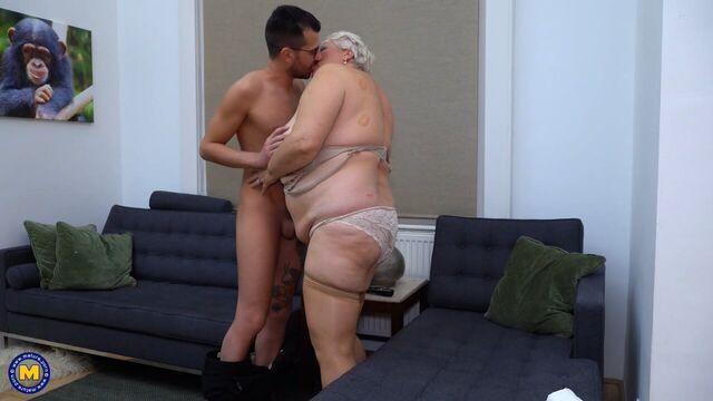 Парень по вызову трахнул зрелую седую толстую старуху