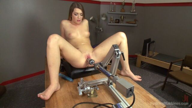 Jenna Ashley знакомится с разными секс машинами и пробует их в действии