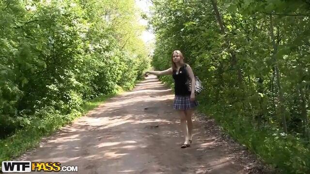 Русское групповое порно с молоденькой Аней в лесу