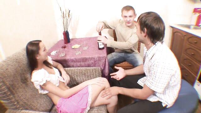 2 парня напоили русскую подругу и трахнули
