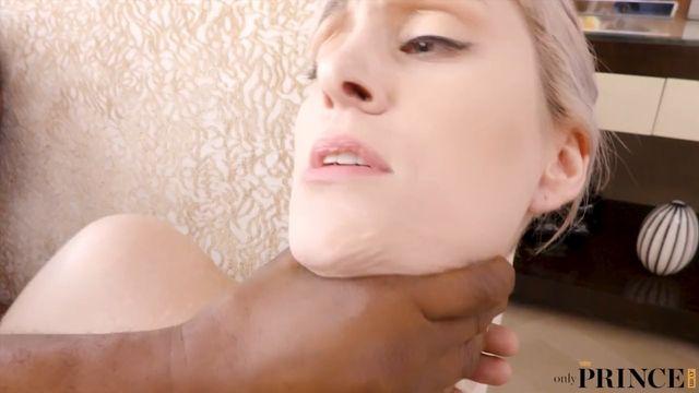 Межрассовое порно: Блондинку грубо в задницу!