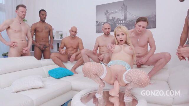 Группа мужиков сношают бедную блондинку во все щели