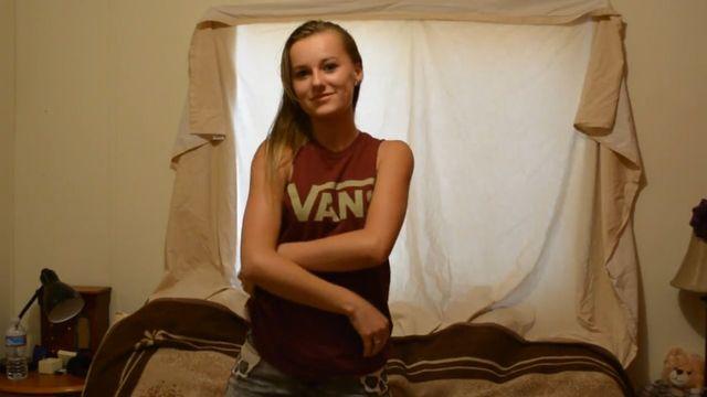 Сольный стриптиз молоденькой девушки перед камерой