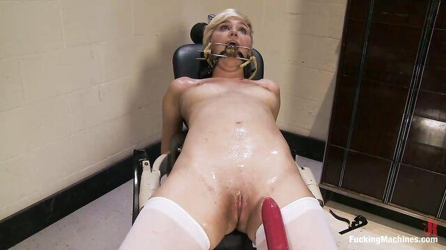 Секс машина долбит в обе дырки Хлою Камиллу