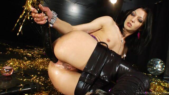 Большие твердые секс игрушки в анале Анны Солдатовой & ХотКинкиДжо