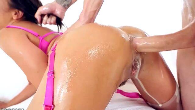 Грубый анальный секс с безбашенной брюнеткой Адриана Чечик