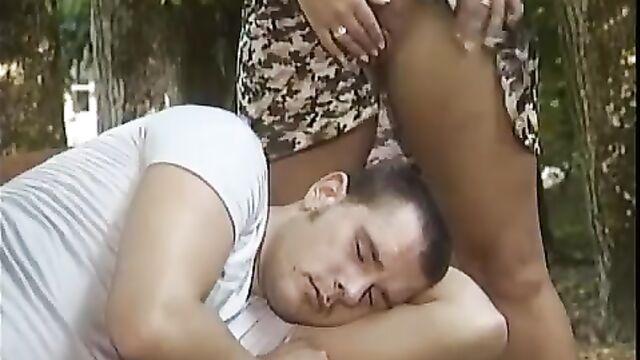 Порно звезда Sandra Brust трахает парня в парке