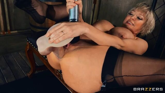 Зрелая мамаша Dee Williams мастурбирует очко