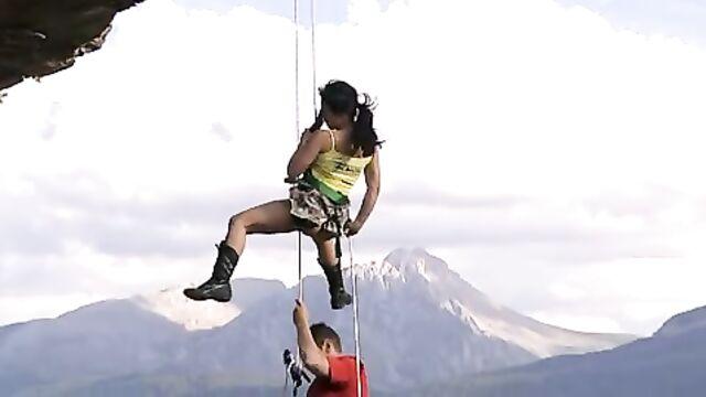 Экстремальный секс альпинистов в воздухе над пропастью