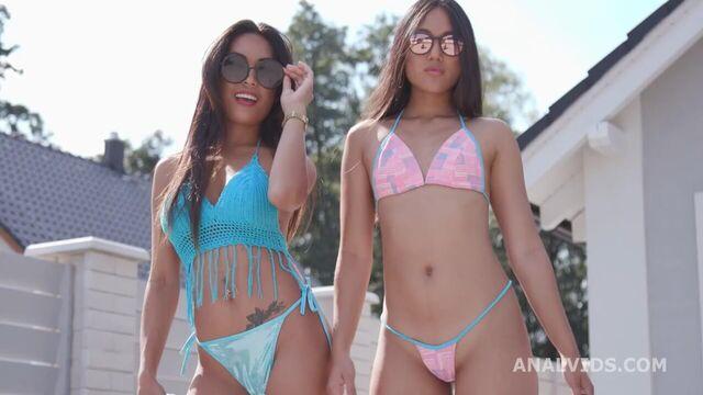 Двух красоток азиаток грубо трахают в анал двумя членами