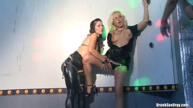 Ночной порно клуб: Закрытая пьяная секс вечеринка свингеров 1