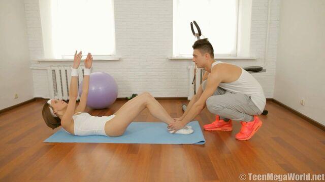Тренер не удержался и трахнул худую гибкую гимнастку