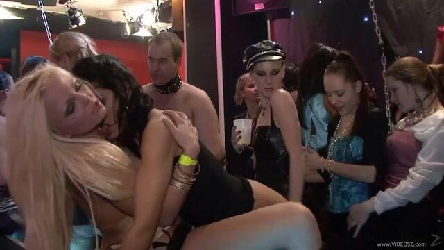 Пьяная групповая секс оргия в элитном ночном клубе