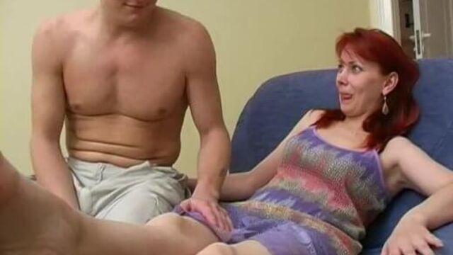 Русская мамаша совратила молодого паренька на секс