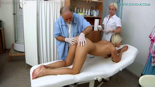 Молодая блондинка с косичками на приеме у гинеколога