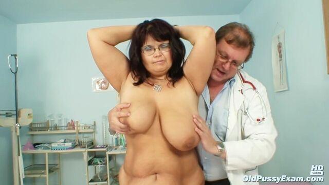 Крупным планом толстая зрелая брюнетка на приеме у гинеколога