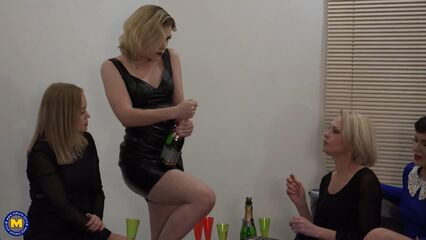 Сосите все! Мне не жалко... Mature Cock sharing party!