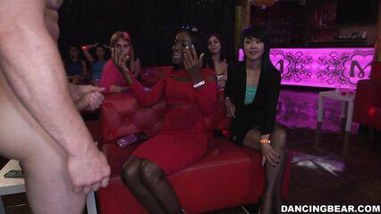 Голодные сосущие девушки на закрытой девичьей секс вечеринке