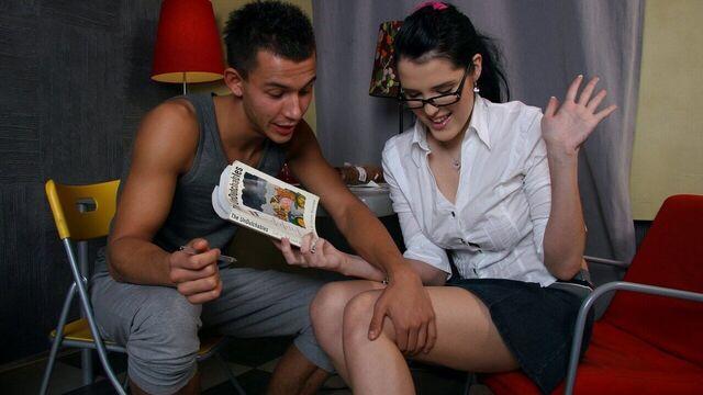 Красивую молодую русскую телку в очках трахнули в очко