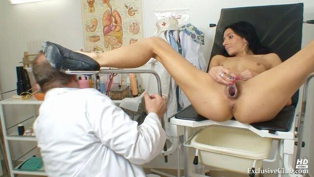 Сексапильная брюнетка на приеме у гинеколога