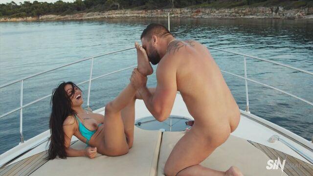 Азиатка оседлала белый член своей задницей на мини яхте