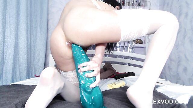 Сочная худая брюнетка обожает мастурбировать анал