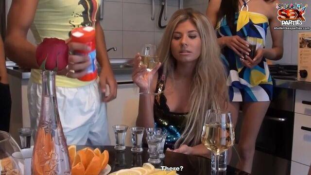 Русская пьяная групповая студенческая секс оргия №1