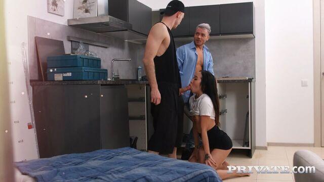 Сексуальная азиатка трахнута в обе щели сборщиками кухонь