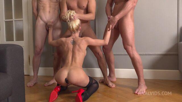 Трое парней сношают во все щели гибкую блондинку Лару Фрост