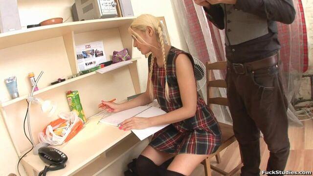 Русское порно со жгучей 18-летней блондинкой