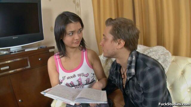 Русское порно с сексуальной молодой брюнеткой Nicole