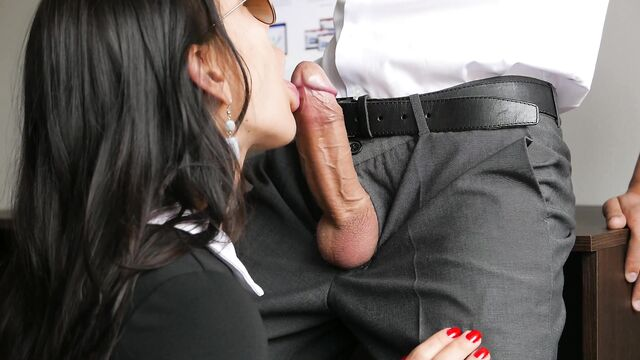 Брюнетку секретаршу красиво в попку трахнул босс