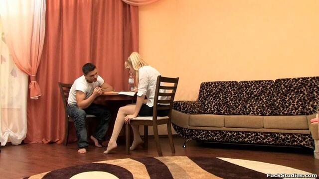Русская блондинка изучает английский и трахается в попу