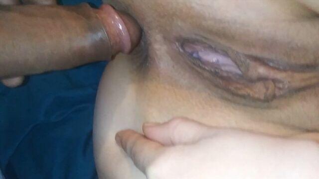 Домашнее порно: Большой член еле проникает в анал толстушки