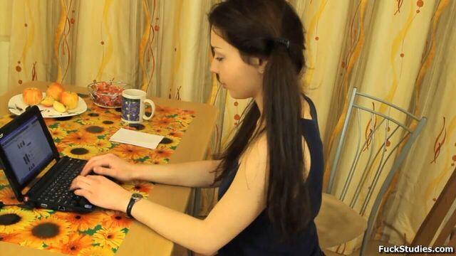 Русское порно во все дырочки на кухне с милой брюнеткой