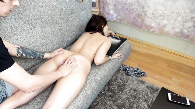 Первое домашнее анальное порно видео молодой парочки