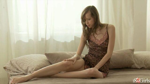 Красивая худая 18-ка показывает крупным планом киску и попу на камеру