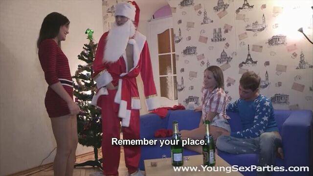 Новогоднее порно во все дыры со студентками и Дедом Морозом