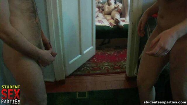 Пьяные бесстыжие русские студенты развлекаются на хате