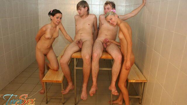 Русское групповое порно в бане с двумя молодыми сучками